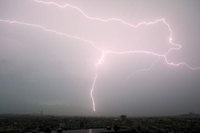 La foudre tombe sur la Tour Eiffel à Paris le 28 mai 2018