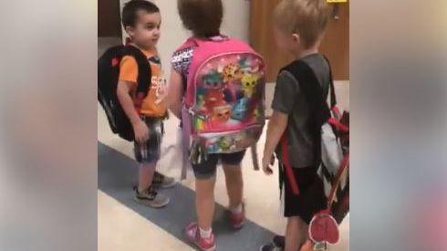 Les enfants de cette classe font la queue chaque matin pour se dire bonjour