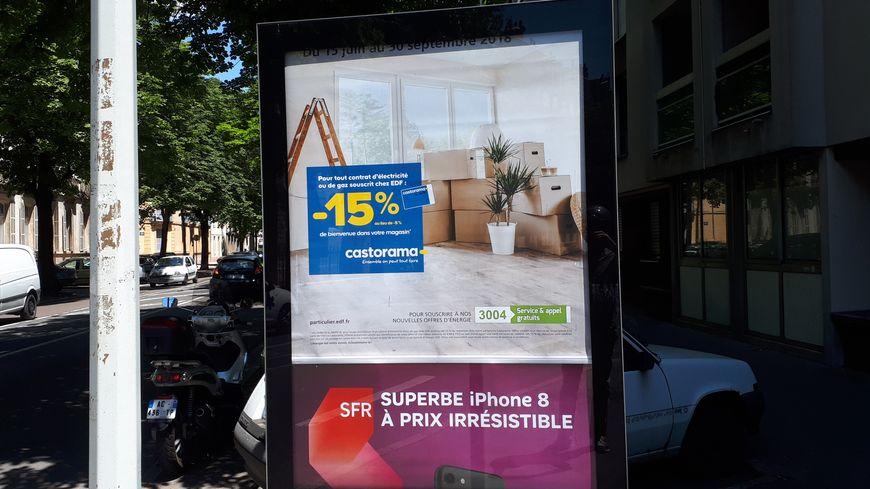 """Un exemple de panneaux """"sucettes"""" gérés sur l'agglomération dijonnaise par la société Clear Channel"""