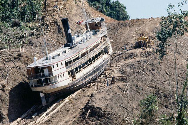 L'invraisemblable projet de Werner Herzog de faire traverser une montagne à un bateau à vapeur de 300 tonnes...