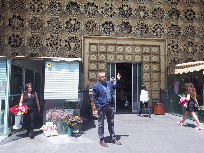 L'ancien marché couvert de la ville de Erevan : symbole de l'emprise des oligarques. Racheté par un proche du pouvoir qui n'a gardé que la façade mais a détruit l'intérieur et remplacé le marché traditionnel par un grand supermarché