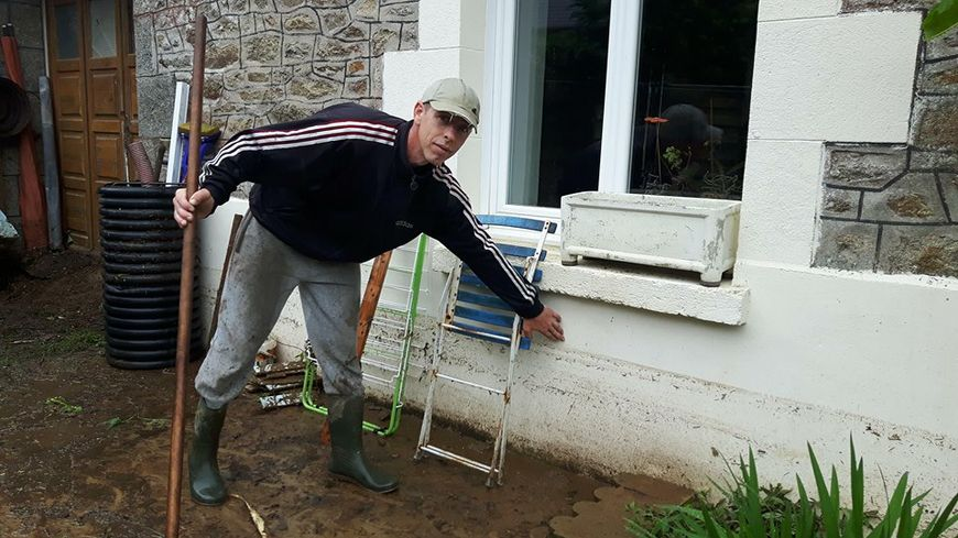 Sébastien a posé une journée de congé pour pouvoir nettoyer sa terrasse et sa maison après la coulée de boue