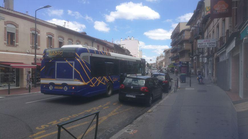 Un bus circule sur la rue du Faubourg Bonnefoy, à Toulouse