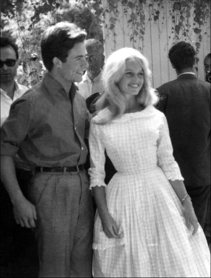 Brigitte Bardot aux côtés de Jacques Charrier, le jour de leur mariage, dans les environs de Paris, le 18 juin 1959.