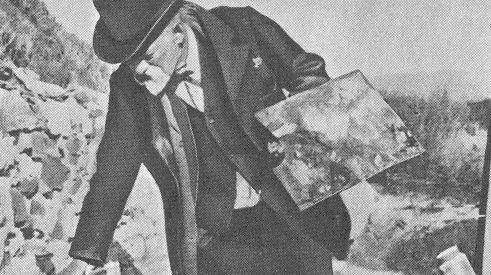 """Cézanne, palette à la main, été 1906, au lieu-dit aujourd'hui """"Le Jardin des Peintres"""" sur la colline des Lauves à Aix, d'où il a peint sa dernière série de tableaux de la Montagne Sainte-Victoire"""