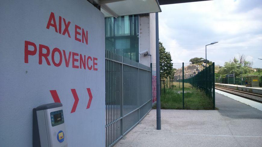 Il n'y a qu'une voie ferrée pour deux sens de circulations, entre les gares d'Aix et Gardanne.
