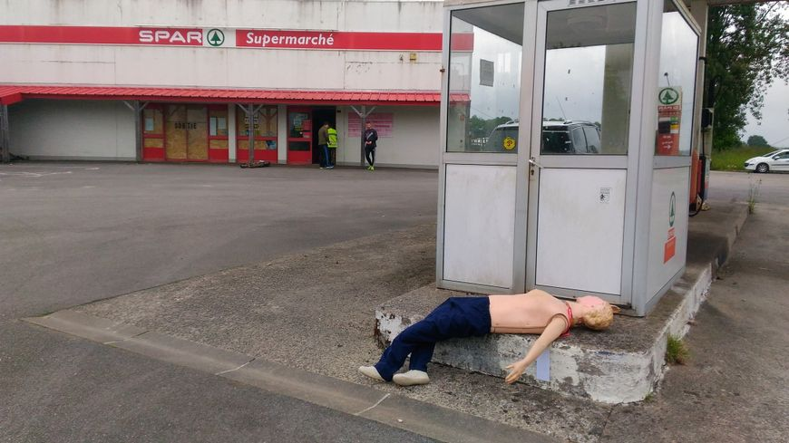 Des mannequins symbolisent les victimes lors de l'exercice à Elliant