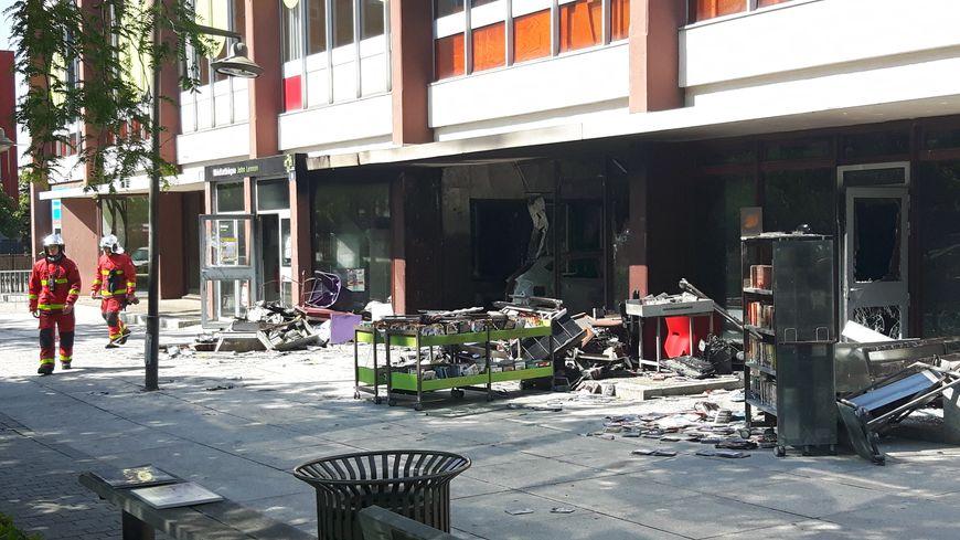 La médiathèque a été incendiée dans la nuit de mardi à mercredi, à La Courneuve. La carcasse de voiture est encore visbile ce mercredi matin.