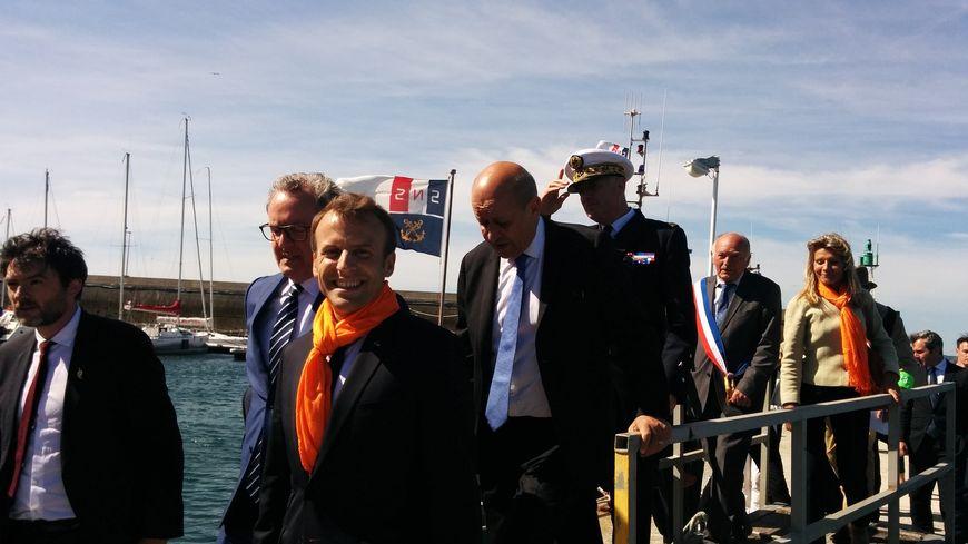 Emmanuel Macron avec l'écharpe de la SNSM à Camaret sur Mer
