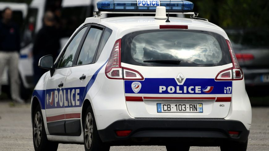 L'auteure des coups a été placée en garde à vue. La police judiciaire et le parquet de Toulon ont été saisis.