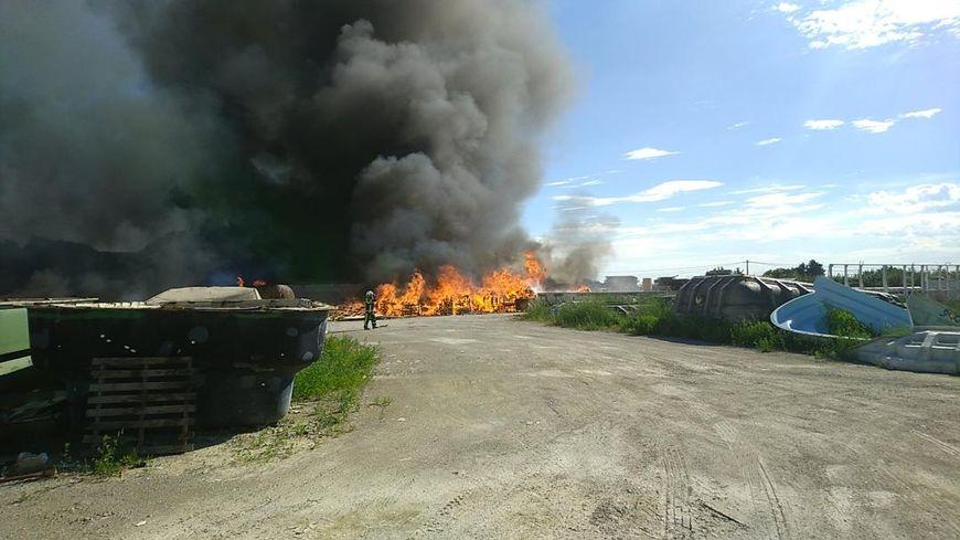 Les gendarmes ont établi un périmètre de sécurité autour de l'incendie