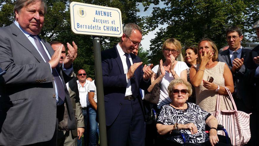 Bernadette Chirac et Frédéric Soulier, maire de Brive, ont dévoilé la plaque de l'avenue Jacques et Bernadette Chirac
