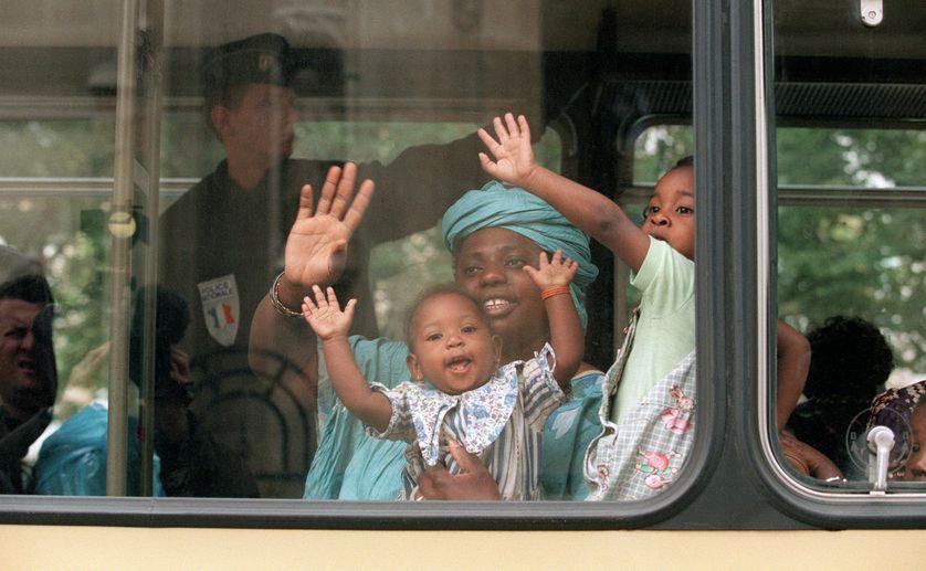 Une femme et ses enfants avant leur transfert vers un centre de rétention administrative