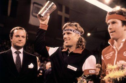 Le joueur de tennis suédois Björn Borg lève le trophée après sa victoire sur John McEnroe lors de l'Open de Stockolm le 10 novembre 1980.