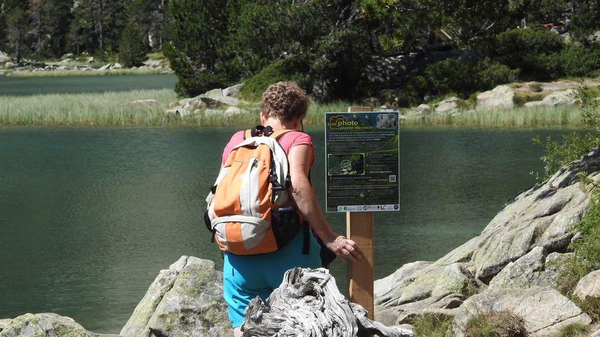 Un panneau invite les randonneurs à prendre en photo les berges de la laquette d'Orédon (Haute-Pyrénées).