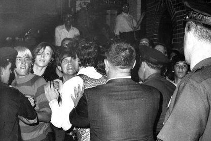 La foule tente d'empêcher les arrestations policières à l'extérieur de l'auberge Stonewall sur Christopher Street à Greenwich Village le 28 juin 1969.