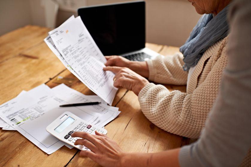 Une femme âgée remplie ses impôts en ligne