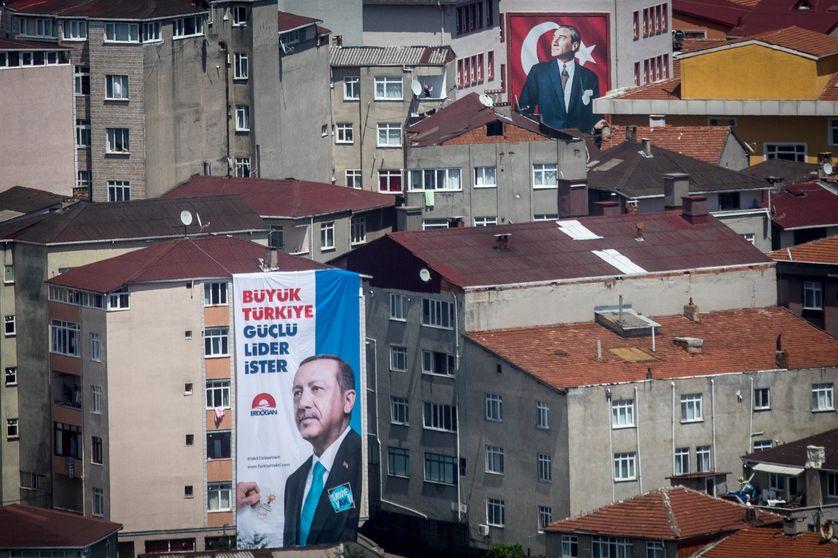 Affiche électorale du President Recep Tayyip Erdogan à Istanbul le 20 juin 2018. Dans le fond, un portrait de Mustafa Kemal Ataturk.