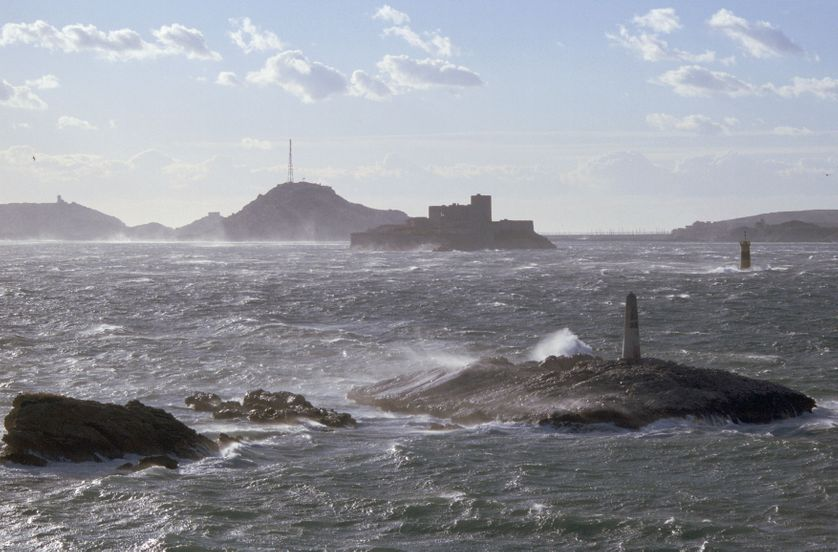 La rade de Marseille, par temps de mistral. L'Archipel du Frioul dans le fond et le château d'If au second plan.