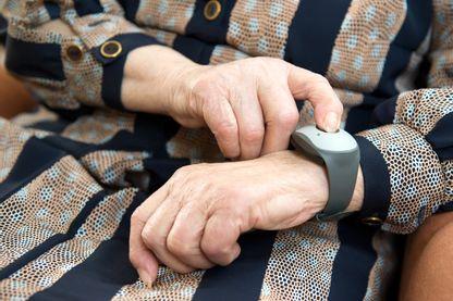Un Ehpad d'Aubagne (Bouches-du-Rhône) a déjà adopté le bracelet connecté pour le suivi de santé de ses résidents
