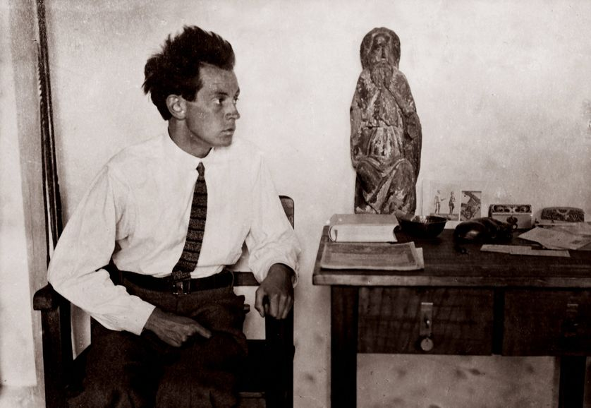 Egon Schiele with dans son atelier à Vienne en1915.