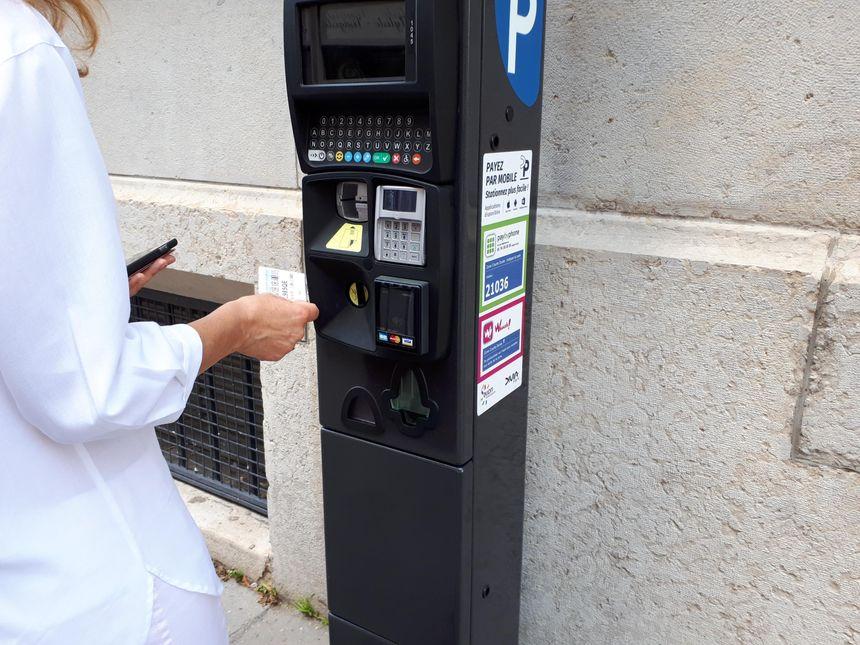 Les nouveaux horodateurs pour règler le stationnement en centre-ville à Dijon. - Radio France