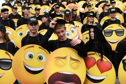 Citoyens russes en costumes d'emoji à Moscou