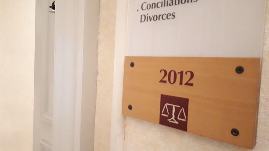 Le couloir du juge des affaires familiales à Pau