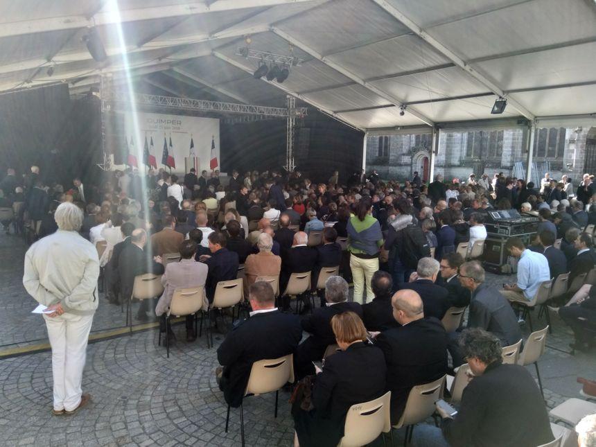 Le pavillon dans lequel va s'exprimer Emmanuel Macron place Saint-Corentin accueille environ 400 personnes