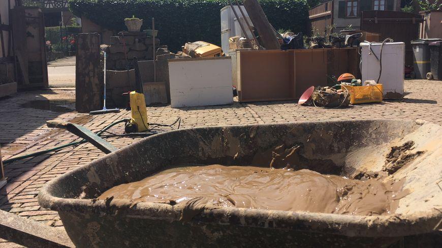 Les habitants de Reitwiller continuent à évacuer la boue de leurs maisons