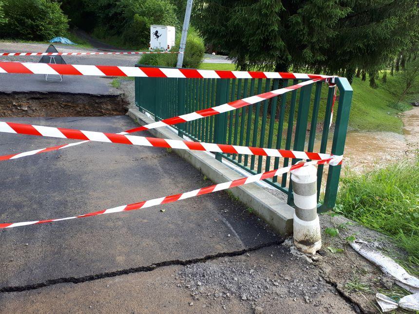 Un pont, pourtant récent, a lâché sous la force du courant.