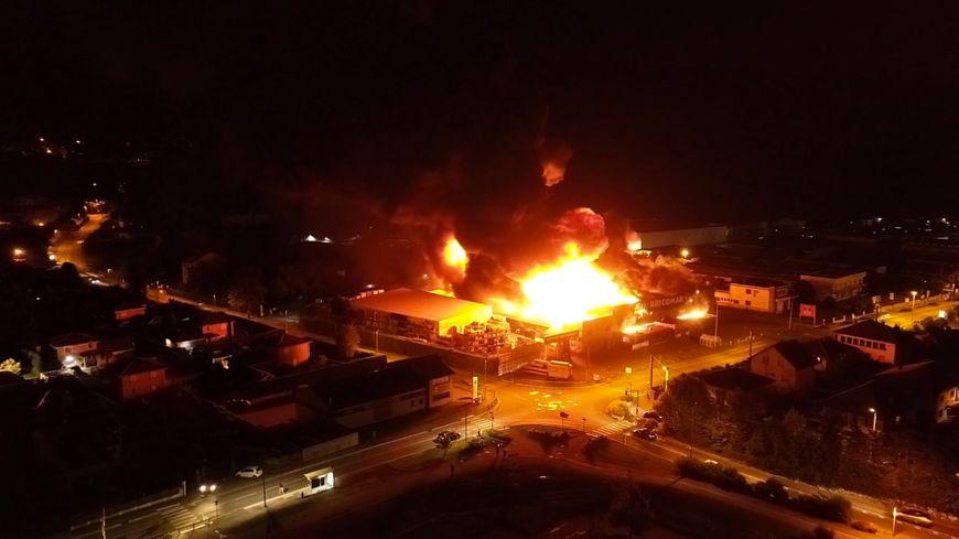 Un drone a capté les images de l'incendie du Bricoman à Bresson (Isère)