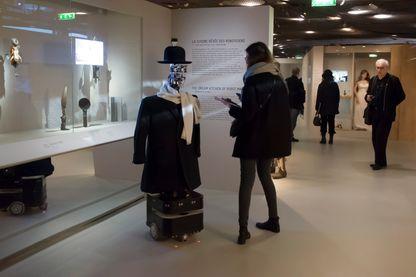 """Le robot Berenson dans l'exposition """"Persona"""" au musée du Quai Branly"""
