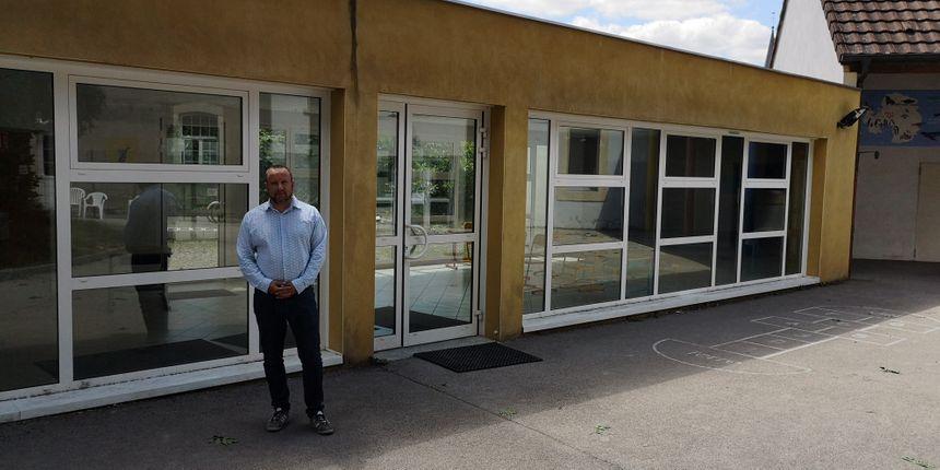 Frédéric Imbert, maire de Clénay, devant l'école communale qui va conserver la semaine de quatre jours et demi