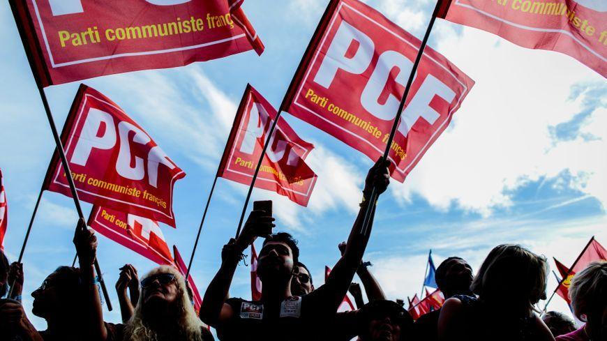 Des drapeaux du Parti communiste français