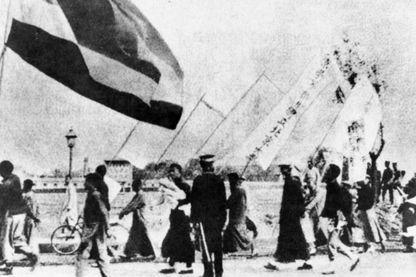 Des étudiants de l'Université de Pékin marchant avec des bannières lors des manifestations du 4 mai en 1919.