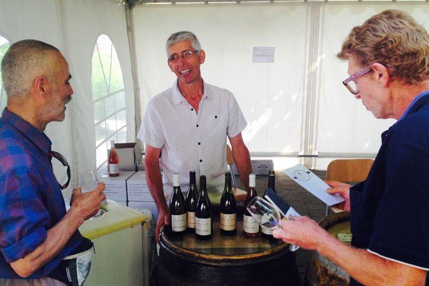 Michel Rouyer fait goûter ses vins aux touristes curieux et conquis.