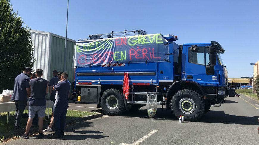 Les salariés ont mis en place un blocage filtrant laissant uniquement entrer et sortir les véhicules destinés aux urgences.