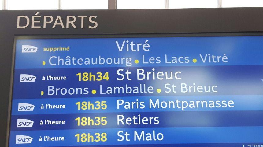 Des autocars ont été mis en service en fin d'après-midi pour rallier Rennes à Vitré ce lundi après-midi. Les rails sont impraticables au niveau de Châteaubourg