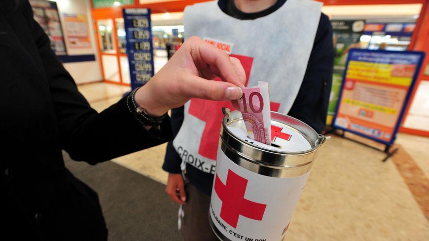 Quête nationale de la Croix Rouge française dans une supermarché de Bretagne.