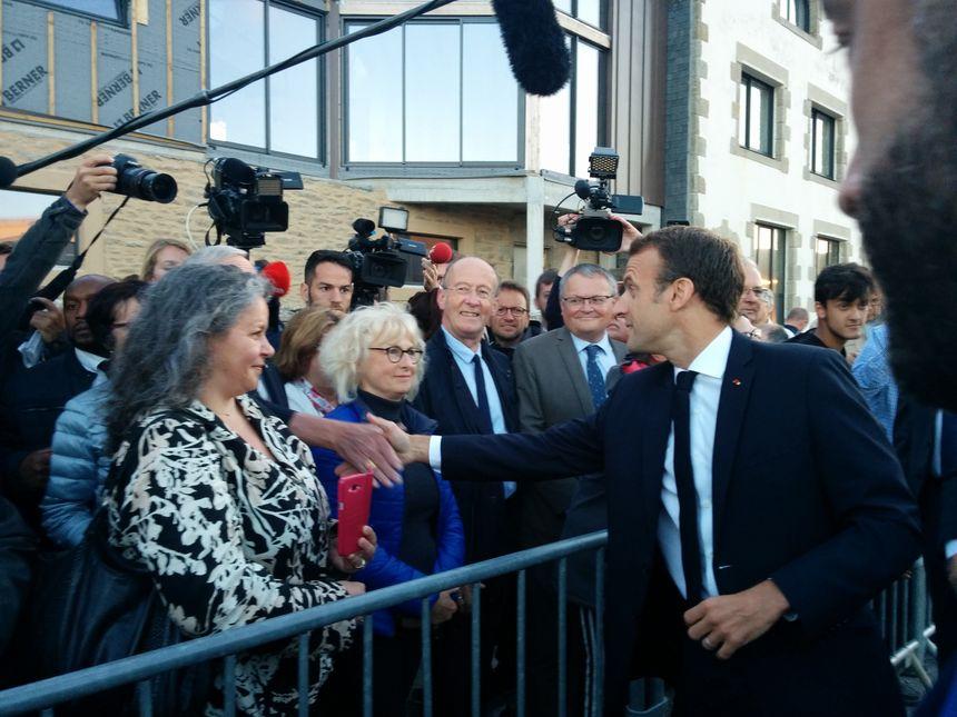 Selfies et poignées de main pour Emmanuel Macron à la criée du Guilvinec
