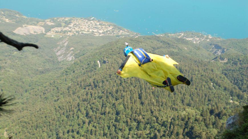 Le Base-Jump consiste à se jeter en parachute depuis un point fixe