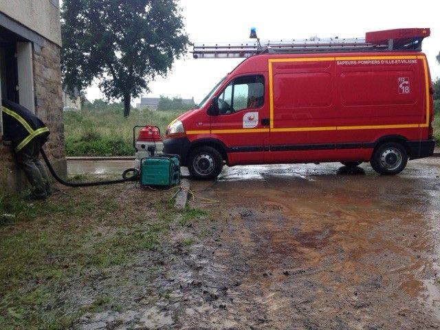 À Ercé-prés-Liffré, l'eau est montée jusqu'à 1 m 50 chez Tony. Le pompage était en cours en début de soirée