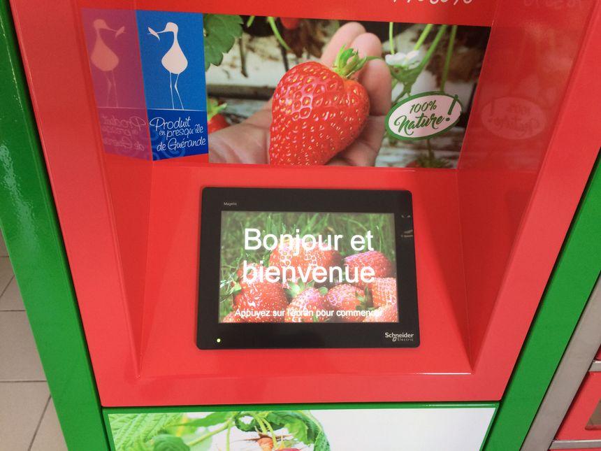 Le client chosit ses produits sur un écran tactile et paye par carte bancaire