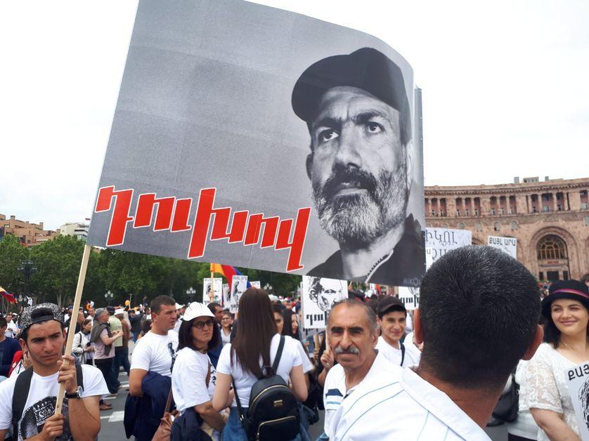 Nikol Pachinian, héros de la révolution et du peuple d'Arménie réuni sur la place de la République à Erevan, le 8 mai 2018