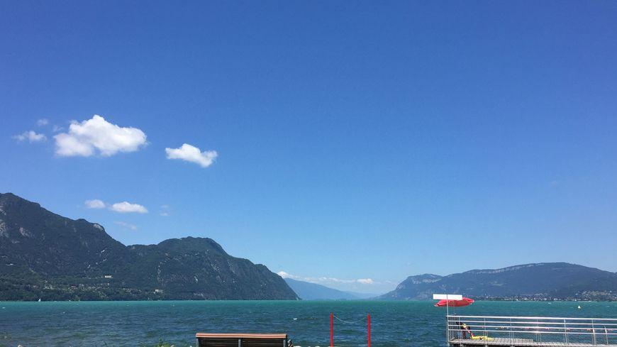 En juin, l'eau du lac du Bourget devient bleu turquoise, vert émeraude, signe de bonne santé.