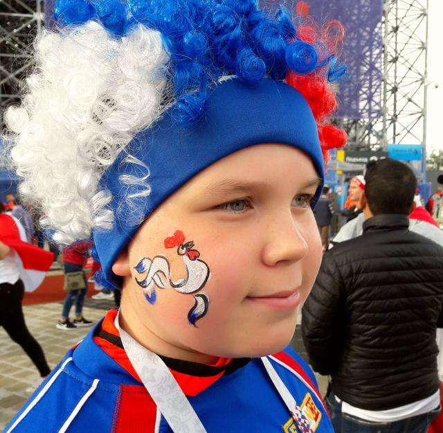 Nikita est russe mais il supporte les Bleus. Maillot de Platini sur le dos et coq sur la joue