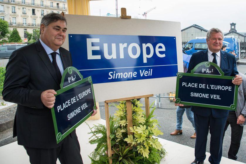 Pierre-François Veil (à gche) et Jean Veil, à Paris, lors de l'inauguration de la place et de la station de métro Europe Simone Veil, le 29 mai 2018