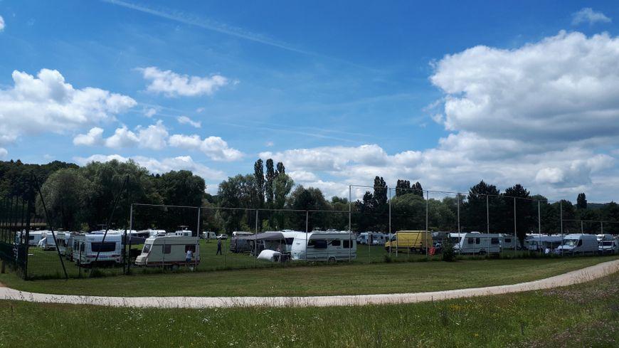 Une soixantaine de caravanes sont installées sur le terrain de football des Pouges depuis dimanche.