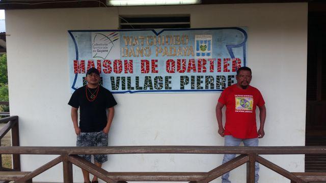 Le chef coutumier et Bernard, un habitant du village Pierre